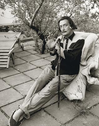 Dalí llevando zapatillas de esparto